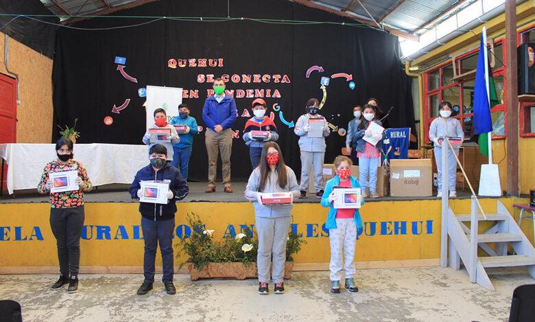Photo of Estudiantes de Chelín y Quehui recibieron sus tablets