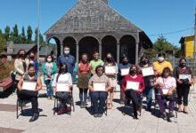 Photo of Vecinas de Quinchao reciben certificación labral y microempresarial